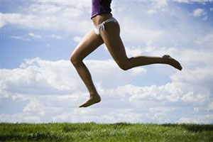 Девушка бежит по траве
