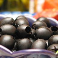 Чем красят оливки в черный цвет